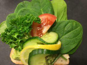 Smørrebrød mit Avocadomus und Spinat